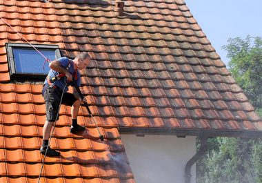 homme-nettoyage-toiture